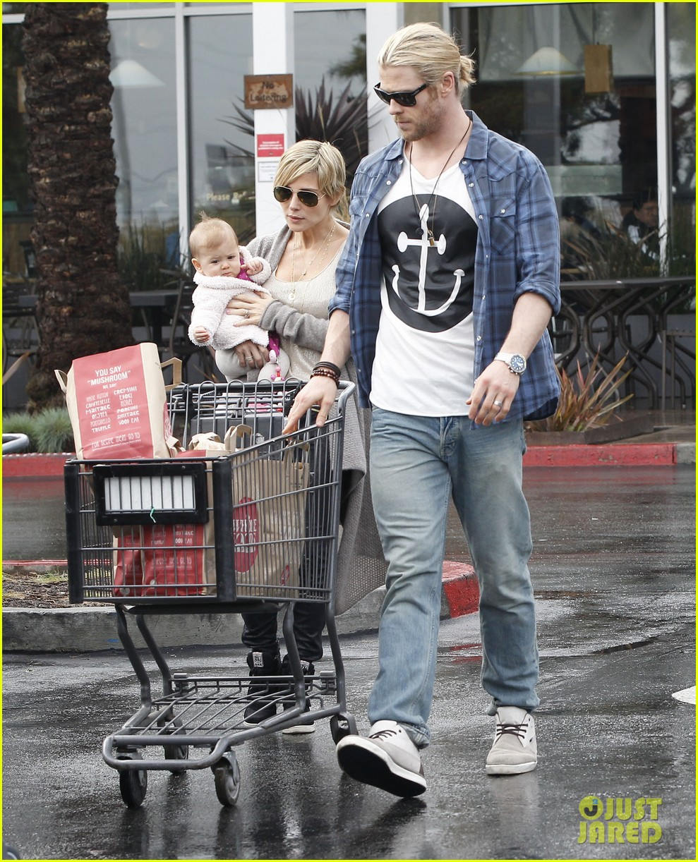 chris liam hemsworth christmas eve dinner shopping 30