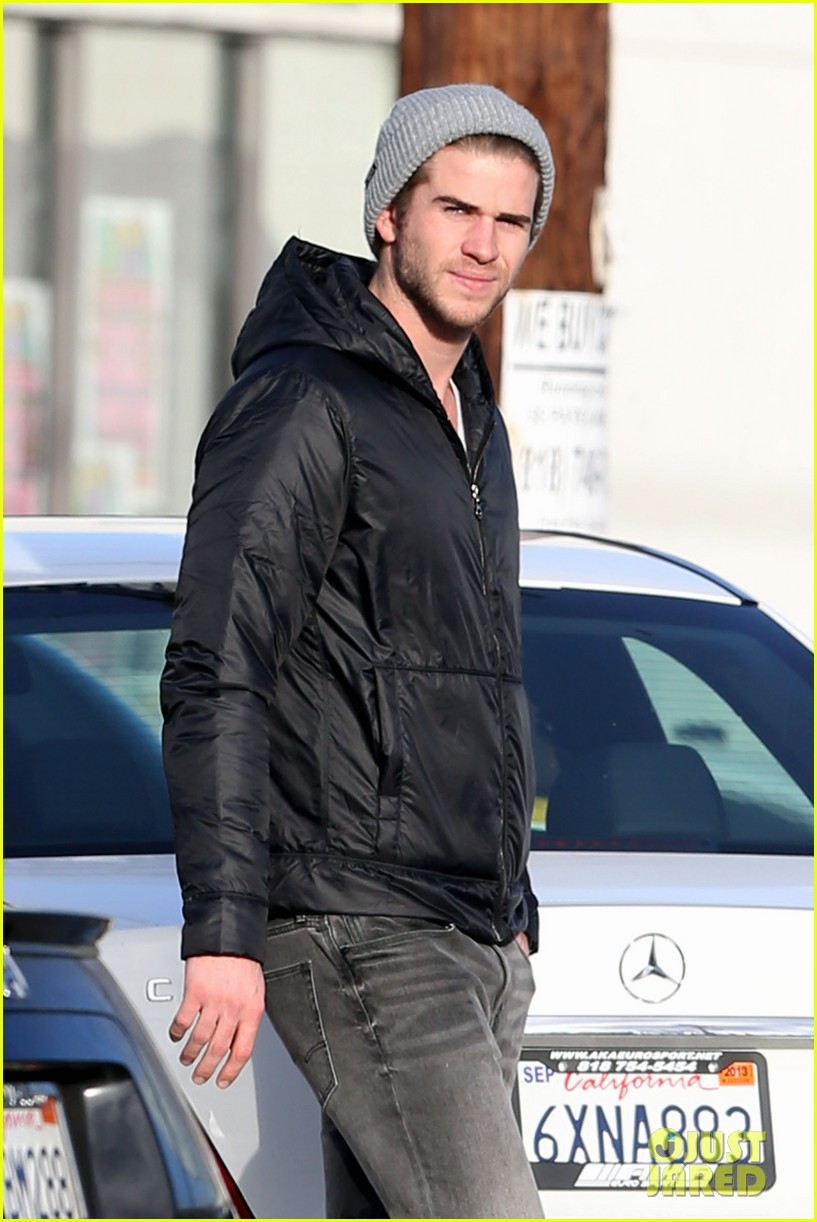 liam hemsworth urban outfitters shopping with mom dad 01