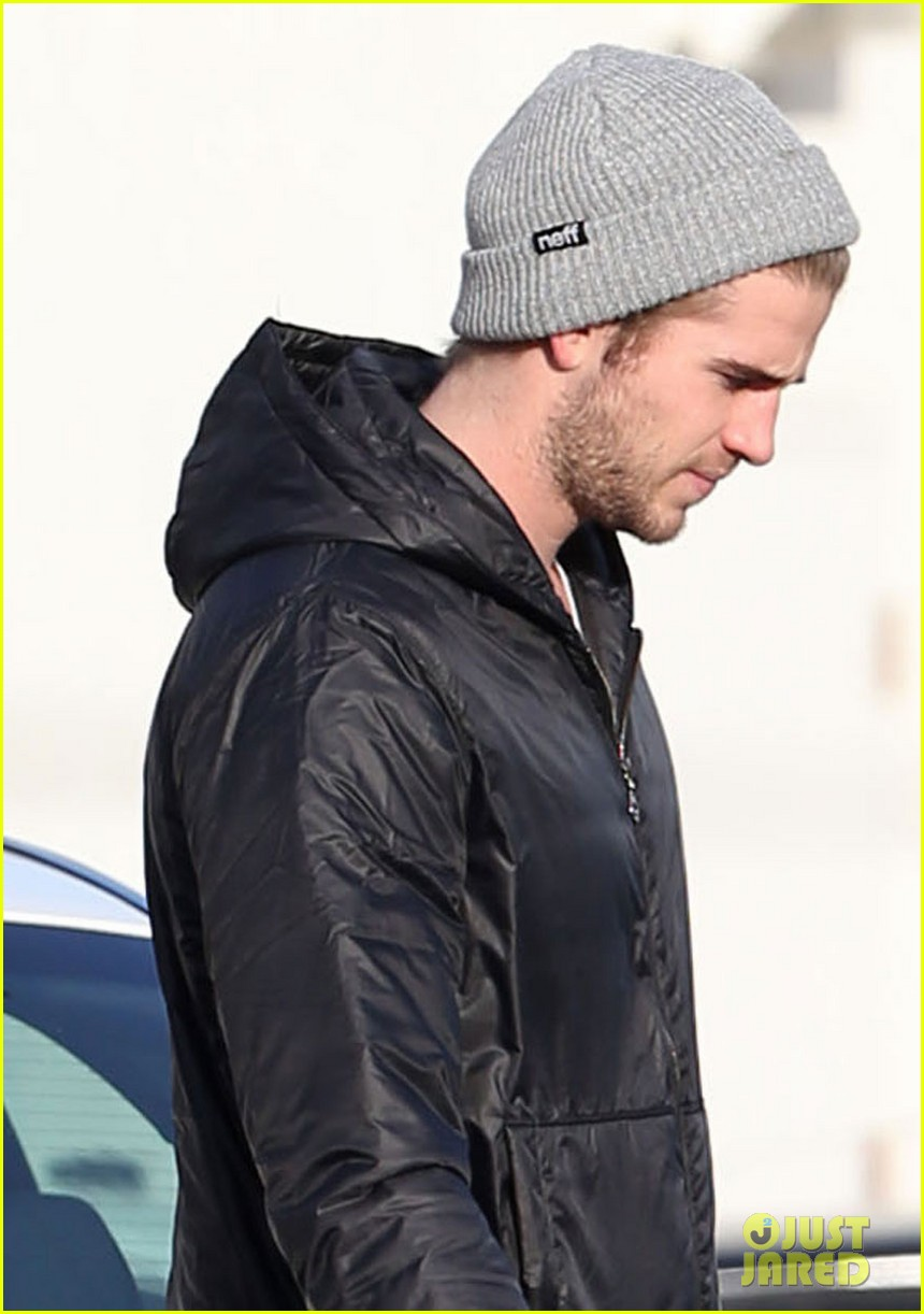 liam hemsworth urban outfitters shopping with mom dad 02