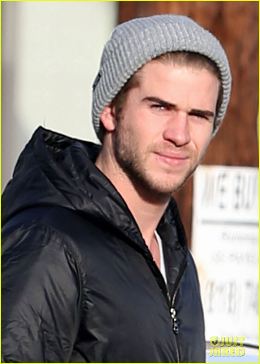 liam hemsworth urban outfitters shopping with mom dad 04