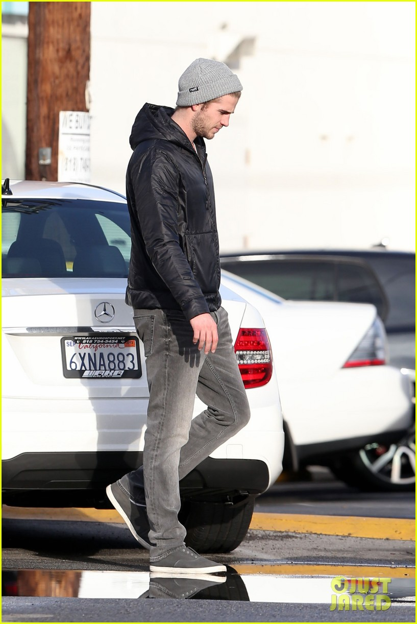 liam hemsworth urban outfitters shopping with mom dad 05