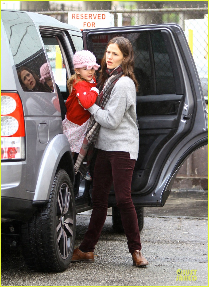 jennifer garner & ben affleck holiday shopping with the girls 03