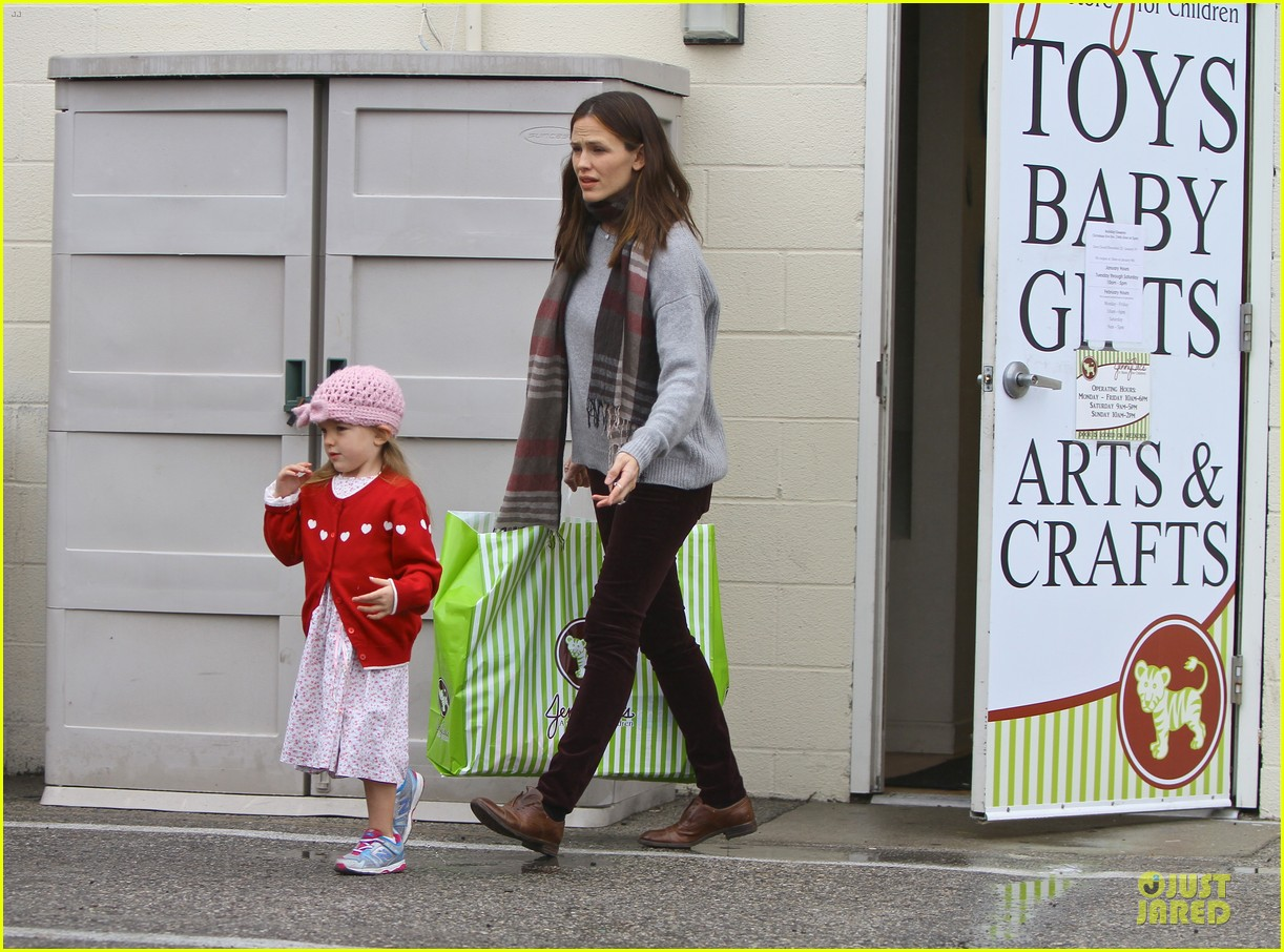 jennifer garner & ben affleck holiday shopping with the girls 08