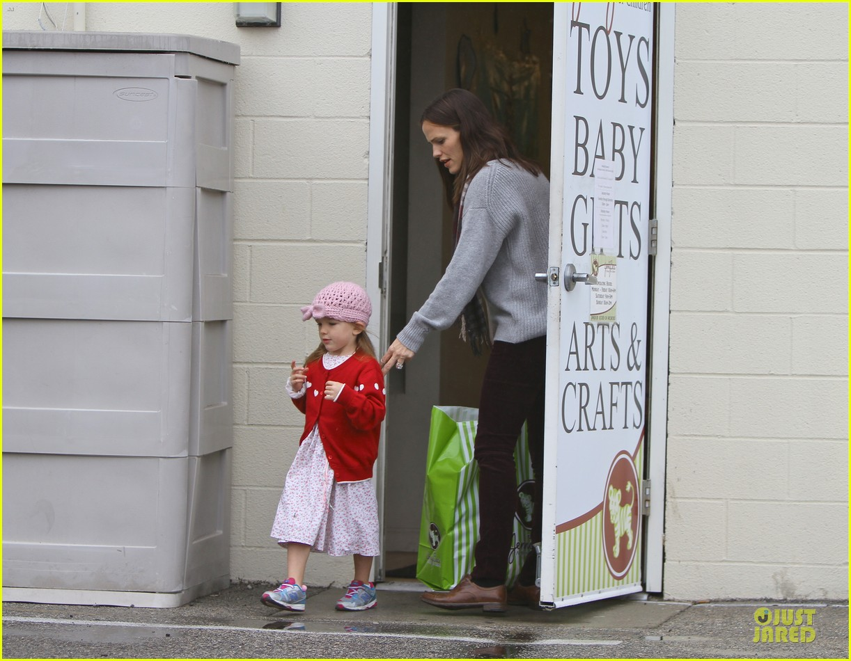 jennifer garner & ben affleck holiday shopping with the girls 102776892