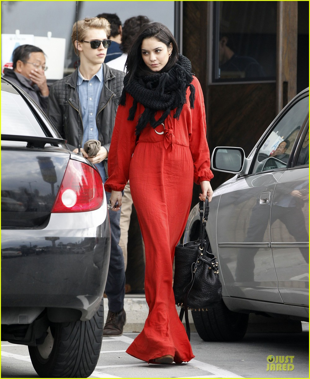 vanessa hudgens & austin butler church going couple 03