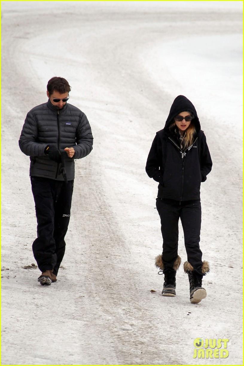 kate hudson matt bellamy snowy aspen stroll 06