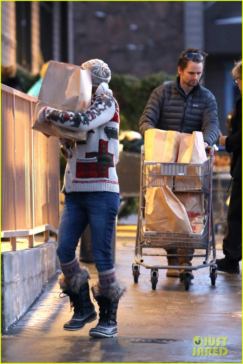 kate hudson matt bellamy snowy aspen stroll 16
