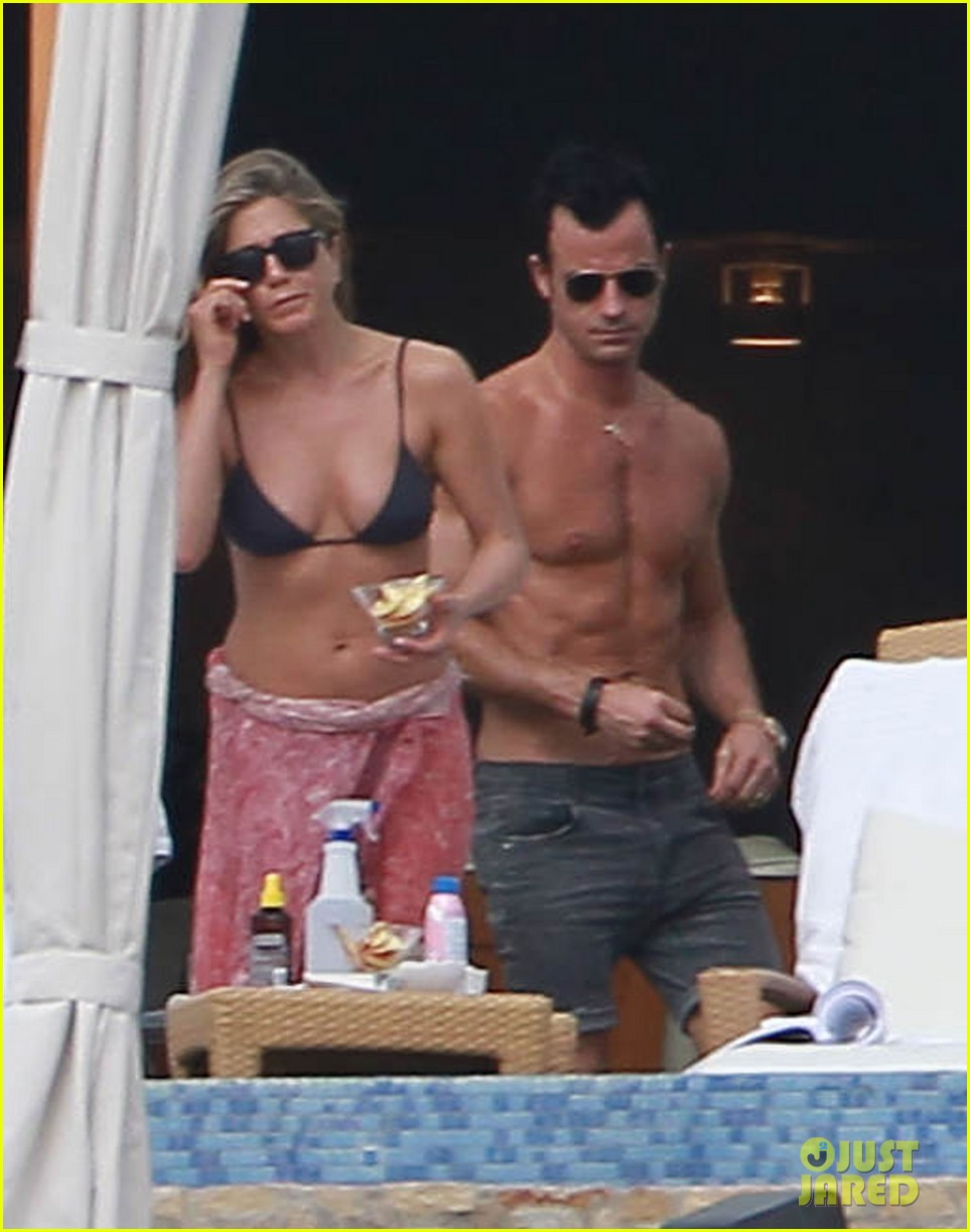 jennifer aniston bikini tanning with justin theroux 02