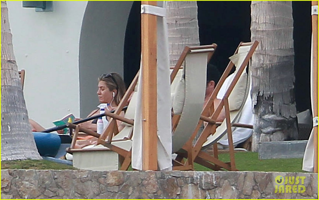 jennifer aniston bikini tanning with justin theroux 06