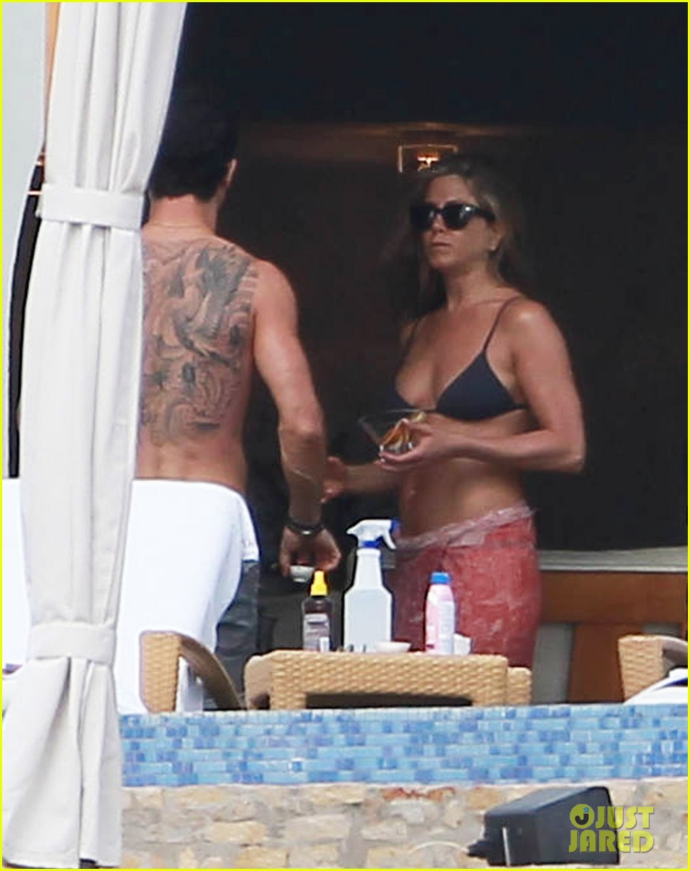 jennifer aniston bikini tanning with justin theroux 19