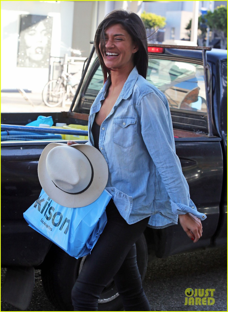jessica szohr holiday shopping giggles 02