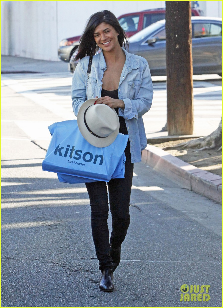 jessica szohr holiday shopping giggles 03