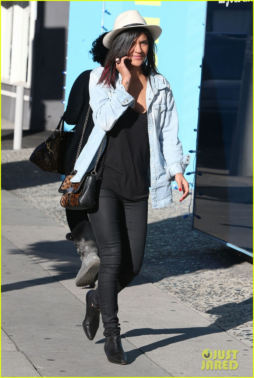 jessica szohr holiday shopping giggles 08