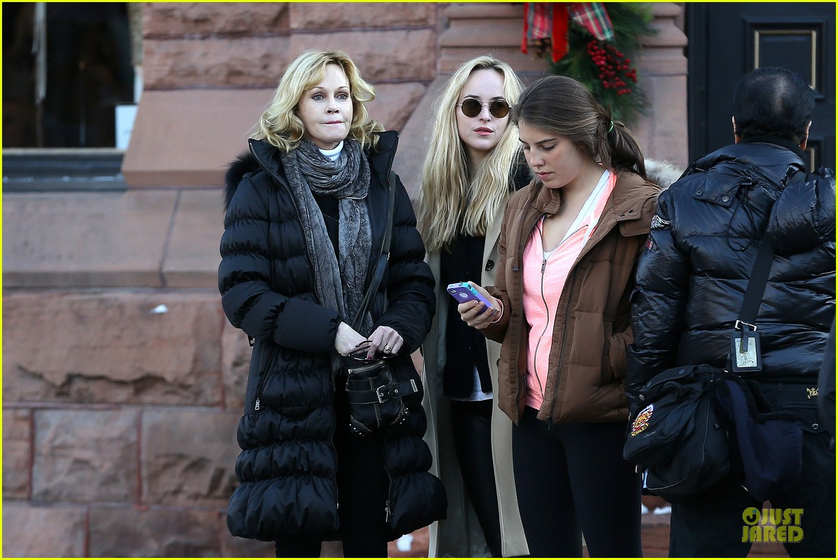 dakota johnson & melanie griffith aspen vacation with stella 04