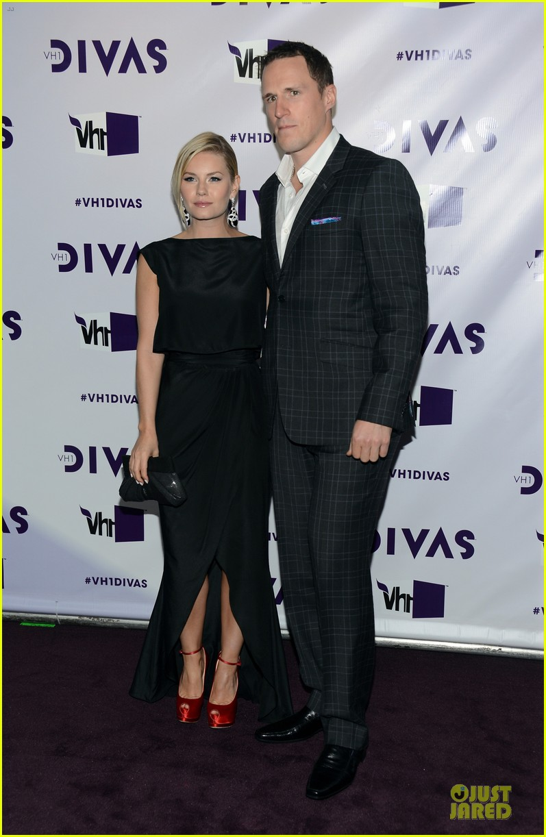 stacy keibler & elisha cuthbert vh1 divas red carpet 01