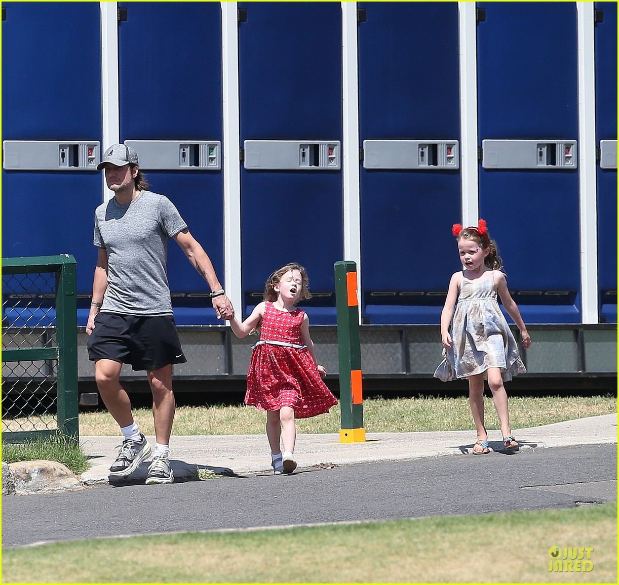nicole kidman & keith urban australian park stroll with the girls 01
