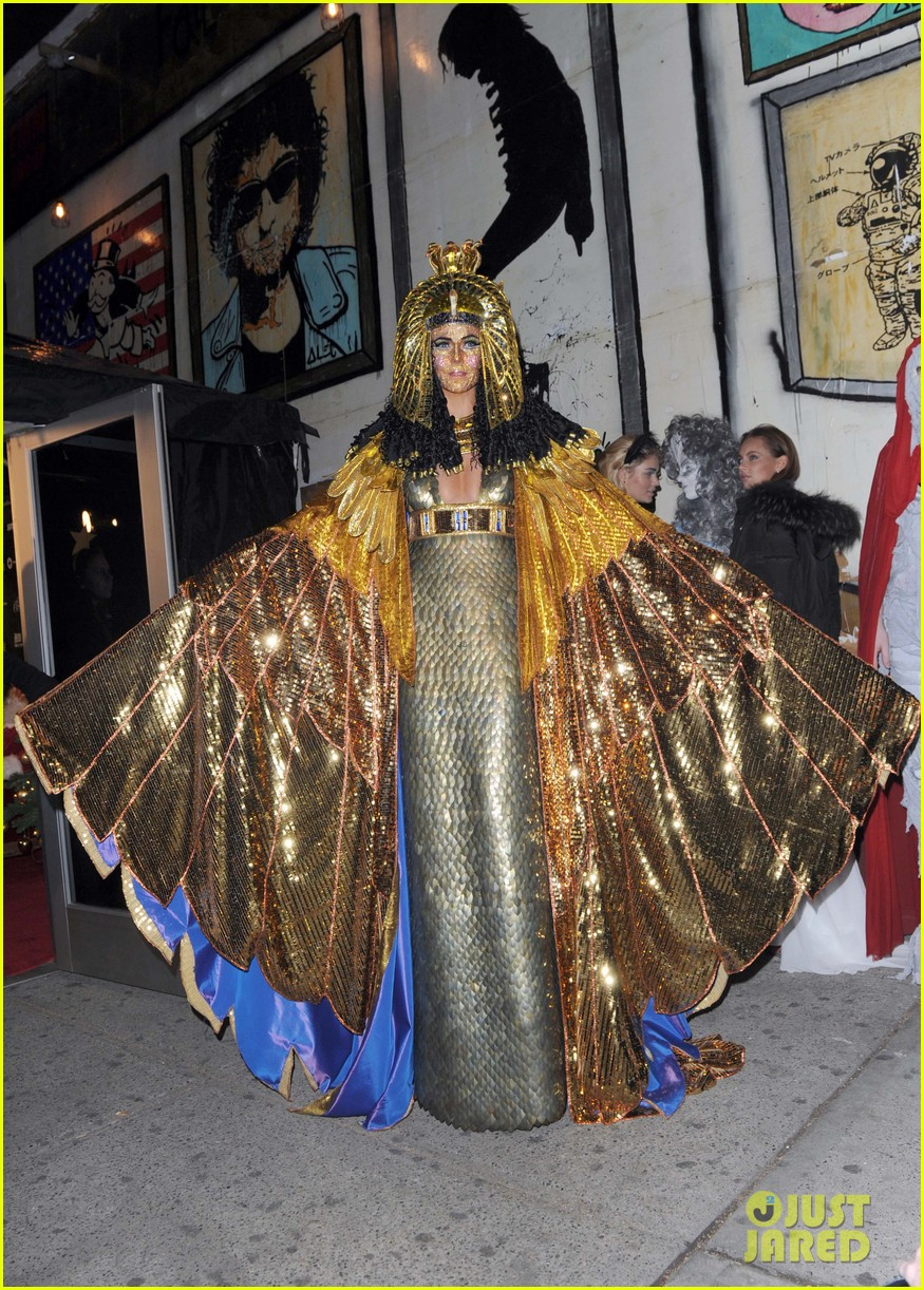 heidi klum cleopatra at holiday costume party 01