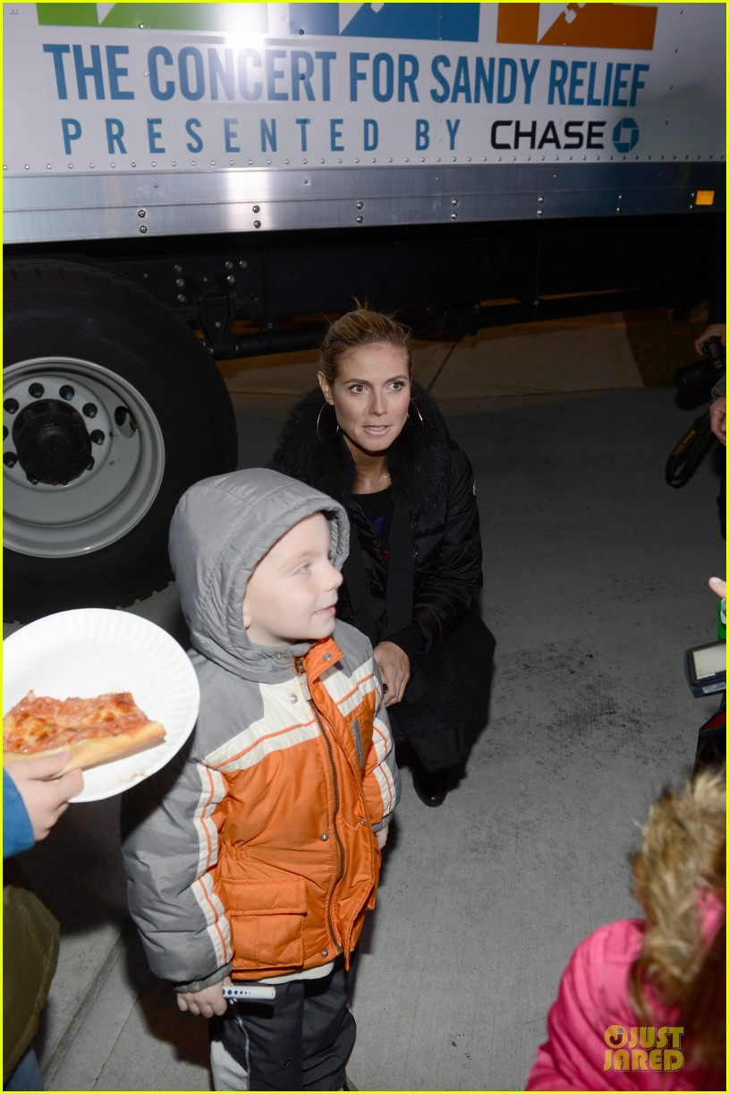 heidi klum christmas tree lighting ceremony in new york 08