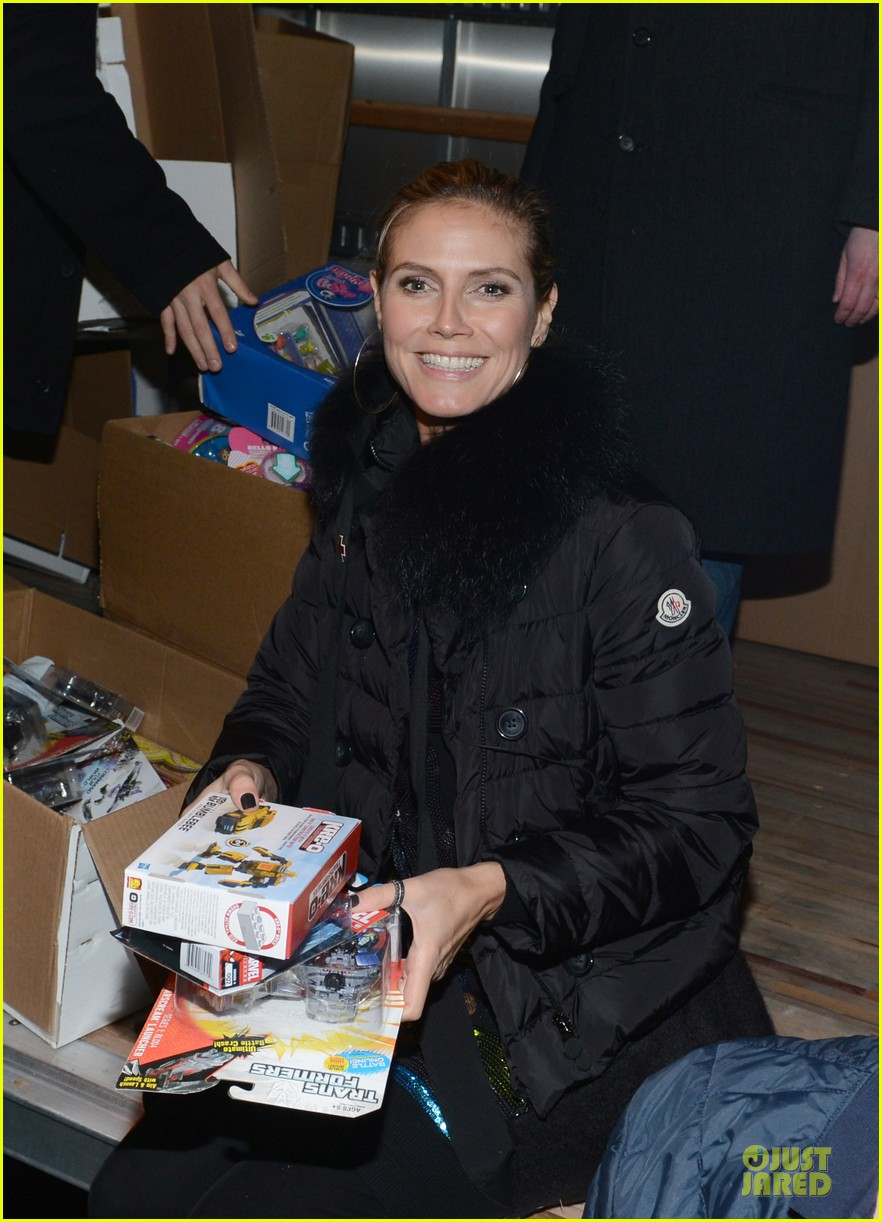 heidi klum christmas tree lighting ceremony in new york 09
