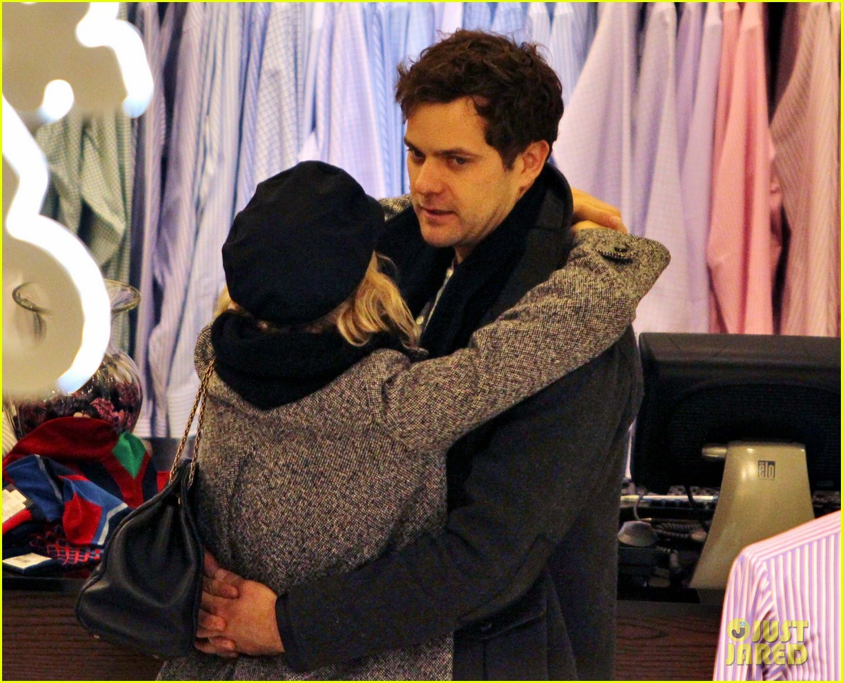 diane kruger joshua jackson holiday shopping kisses 06