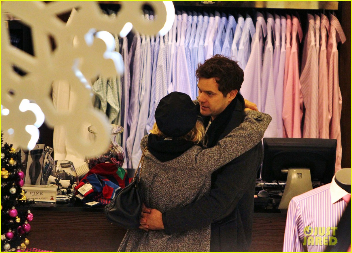 diane kruger joshua jackson holiday shopping kisses 07