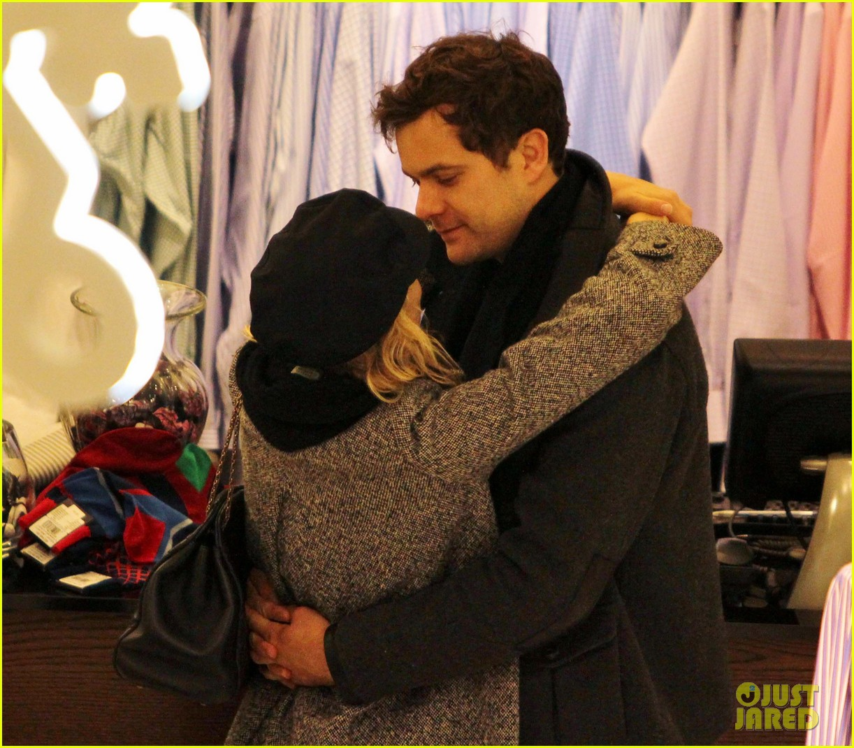 diane kruger joshua jackson holiday shopping kisses 08