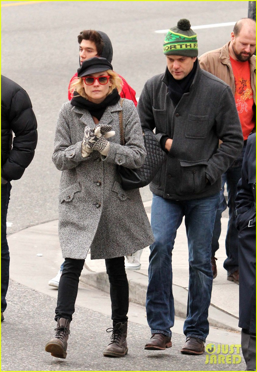 diane kruger joshua jackson holiday shopping kisses 18