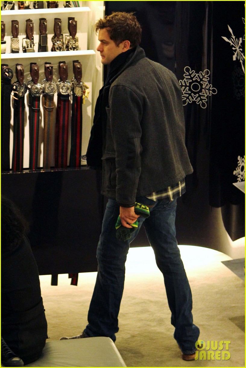 diane kruger joshua jackson holiday shopping kisses 21