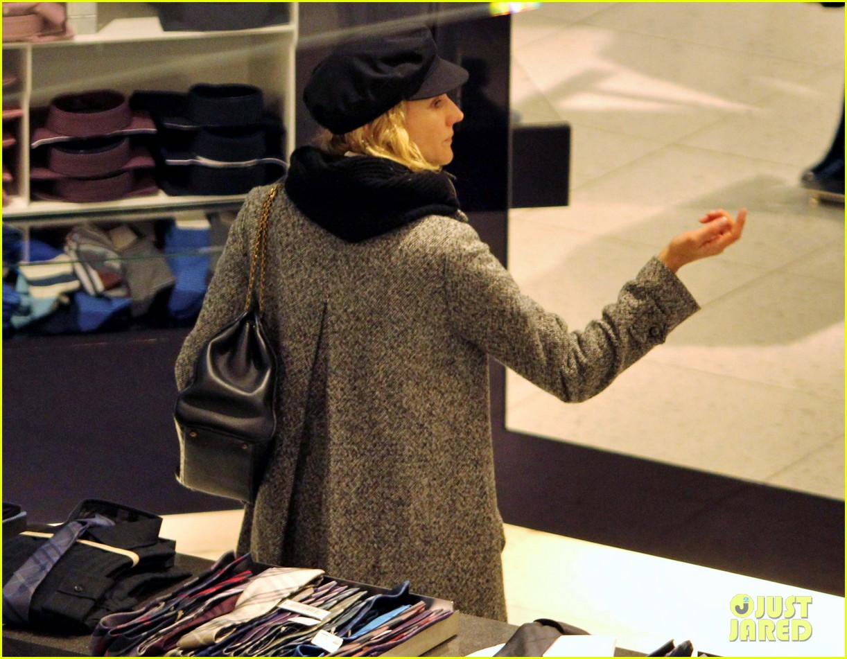 diane kruger joshua jackson holiday shopping kisses 23