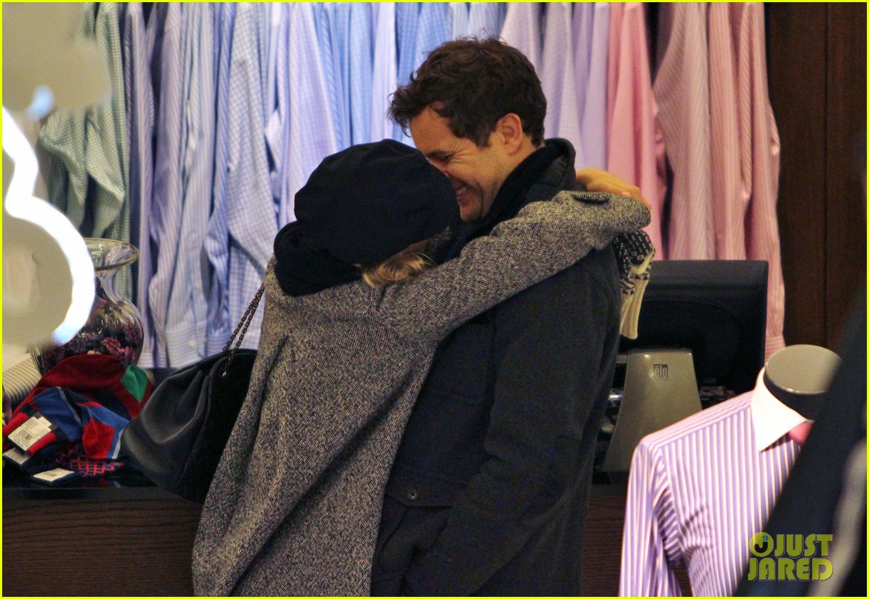 diane kruger joshua jackson holiday shopping kisses 27