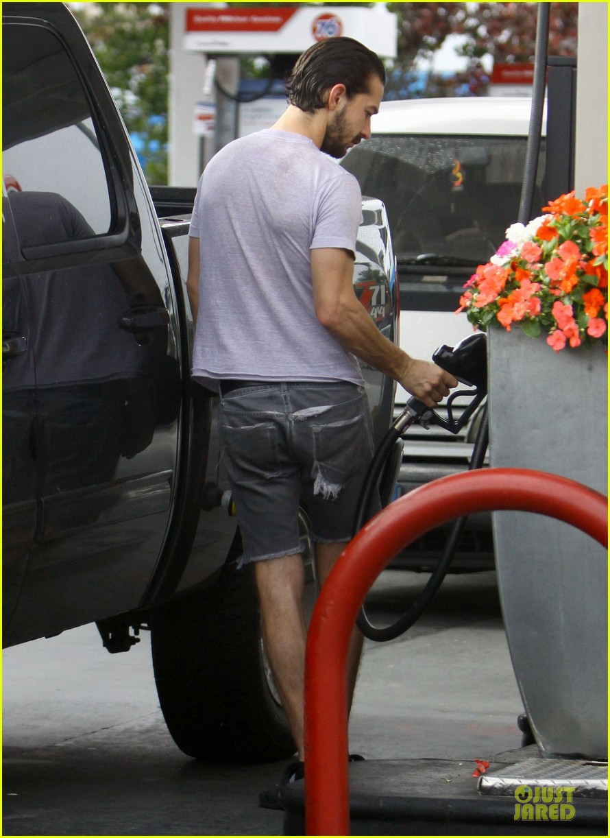 shia labeouf clogs gas station in los angeles 08