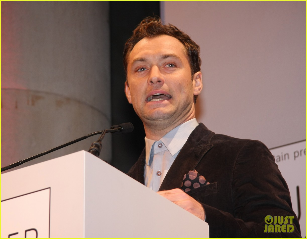 jude law 2012 turner prize presenter 09