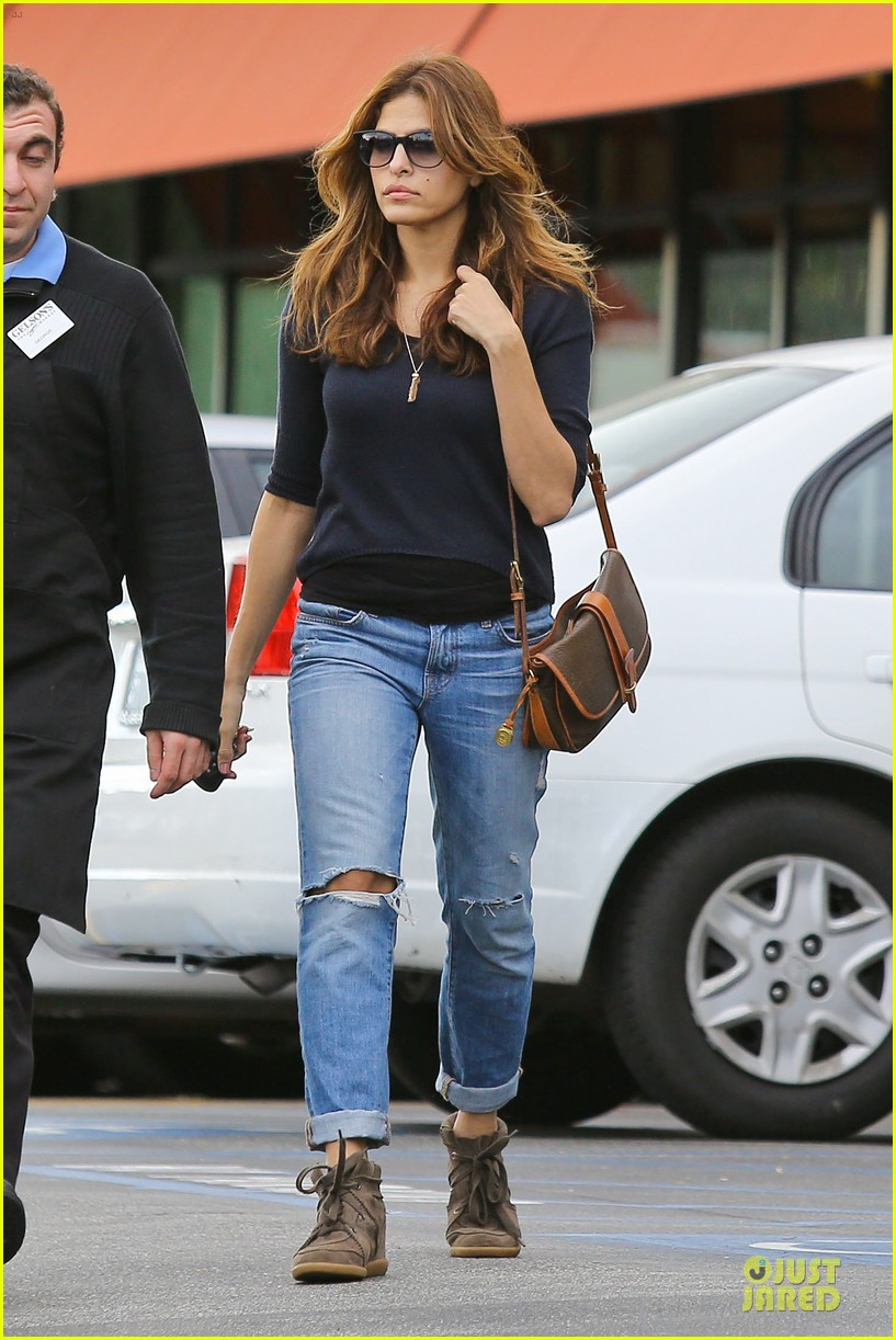 eva mendes grocery shopping with a gal pal 042782696