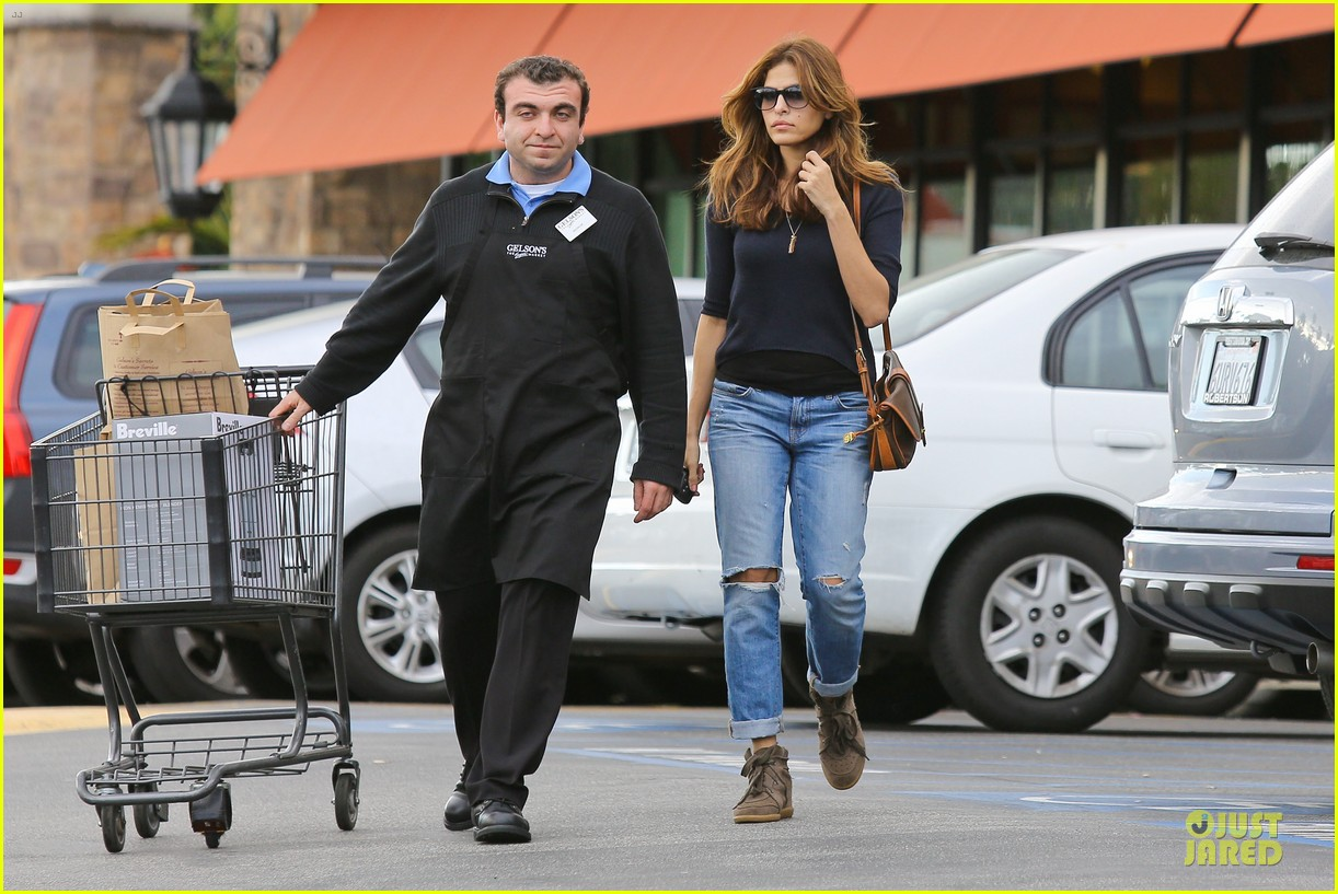 eva mendes grocery shopping with a gal pal 15