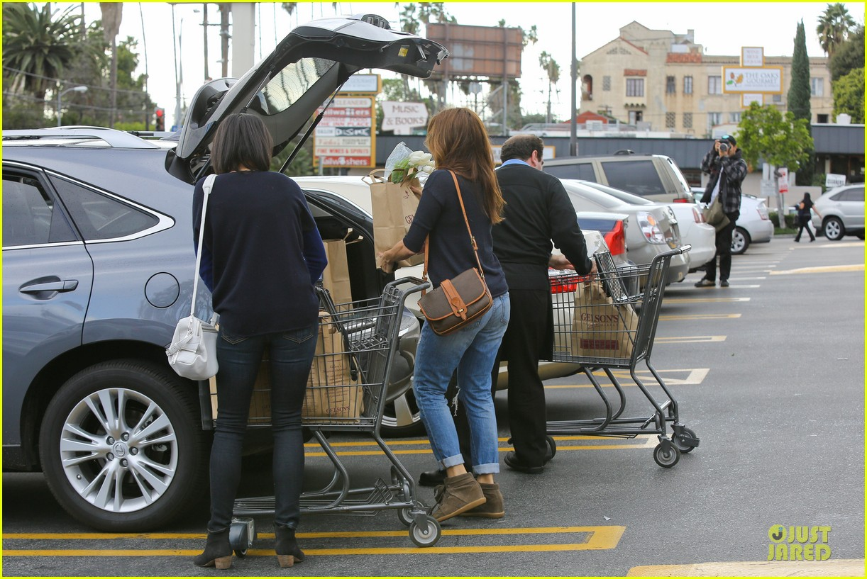eva mendes grocery shopping with a gal pal 17