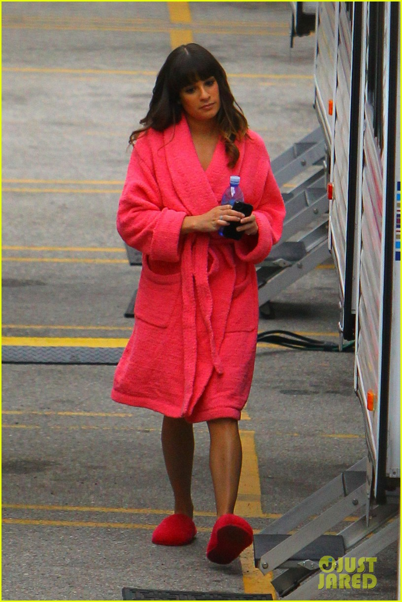 lea michele dianna agron glee set hugs 05