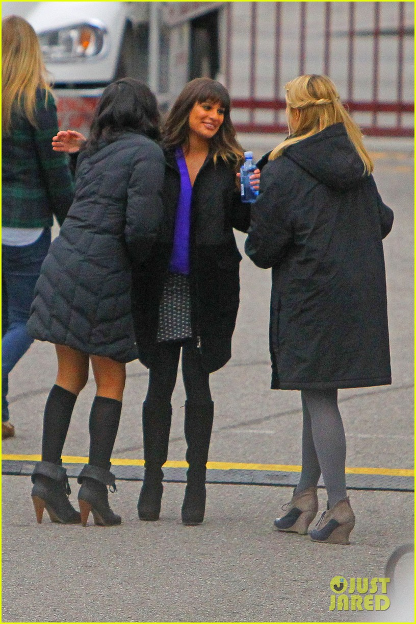 lea michele dianna agron glee set hugs 06