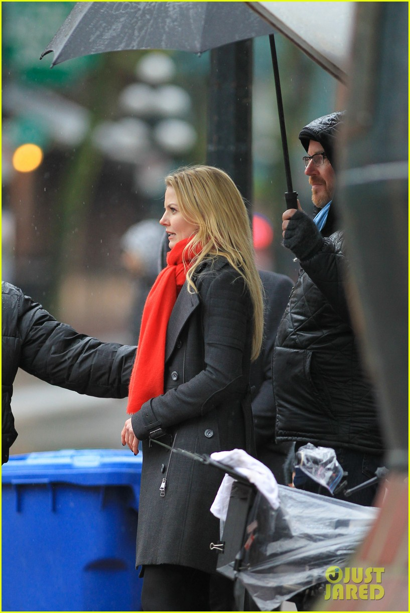 jennifer morrison runs jumps for once upon a time 18