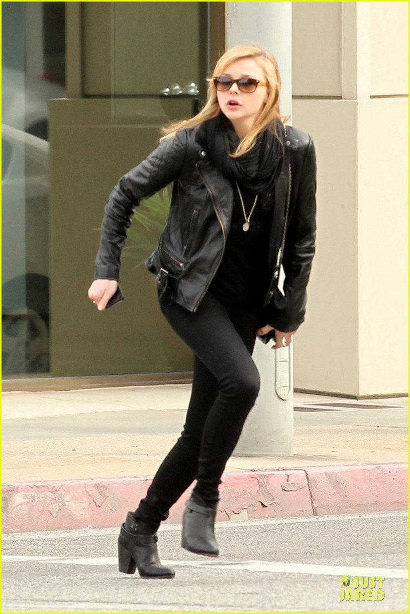 chloe moretz tweets prayers to sandy school shooting victims 012776319