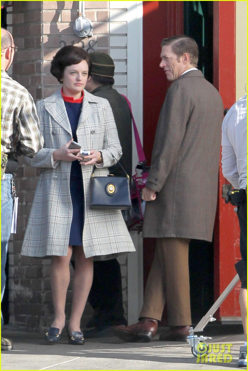 elisabeth moss mad men set with jon hamm 06