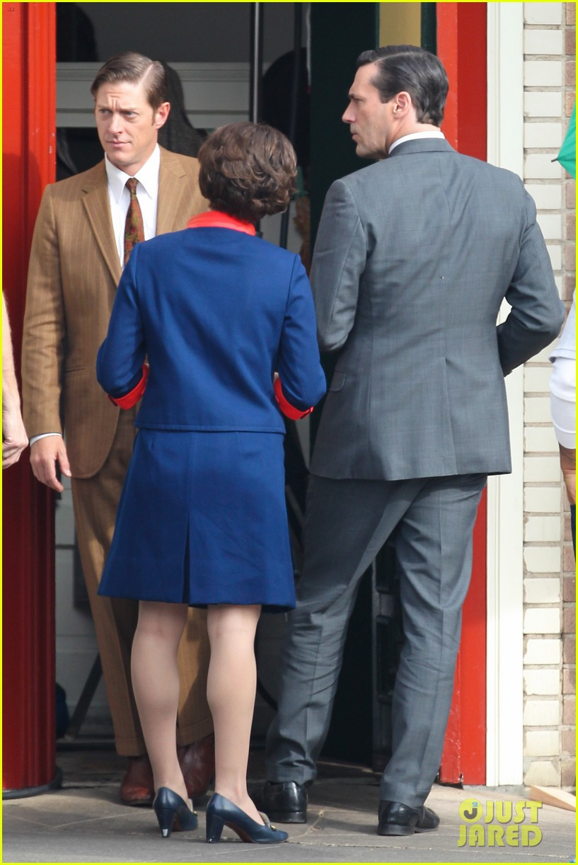 elisabeth moss mad men set with jon hamm 112769592