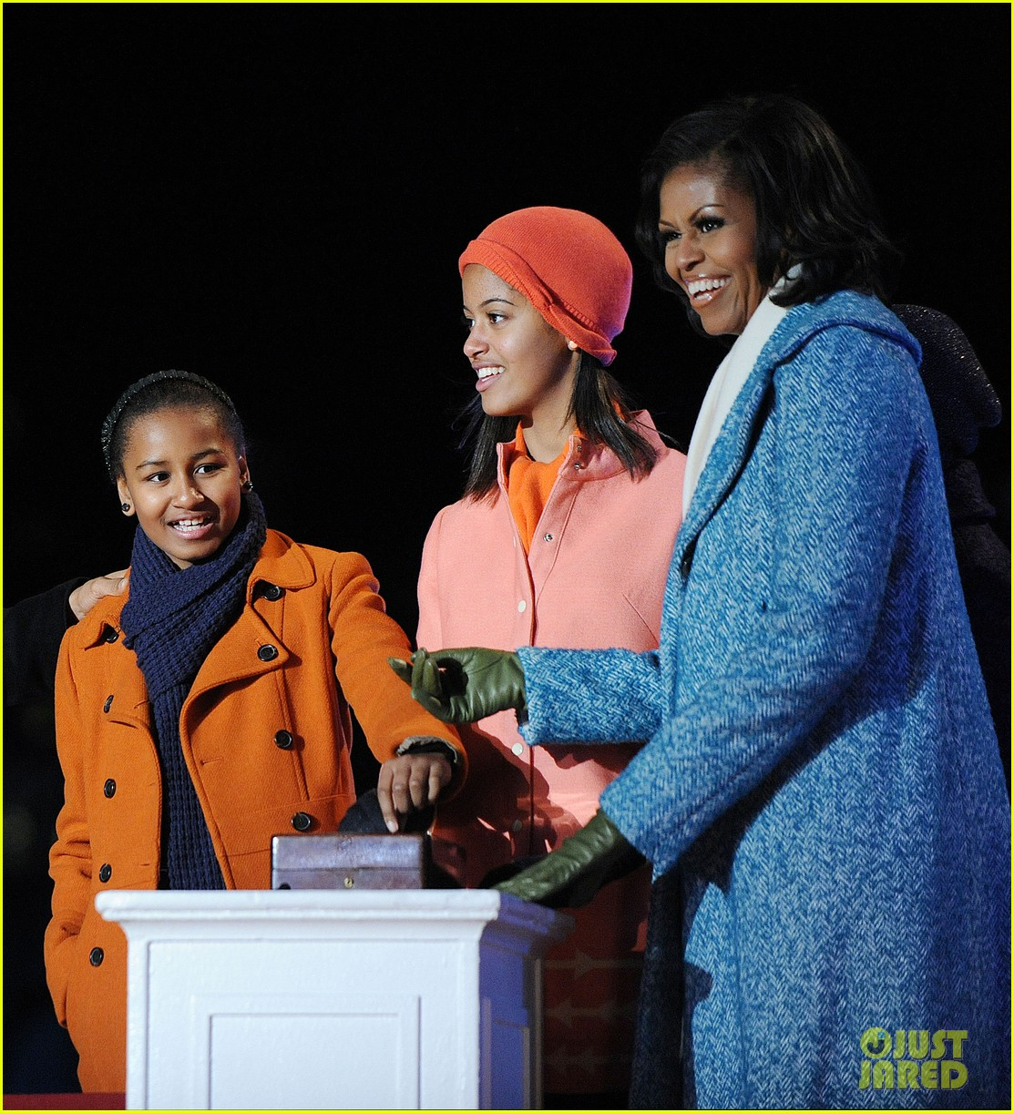 barack obama tree lighting with michelle the girls 01