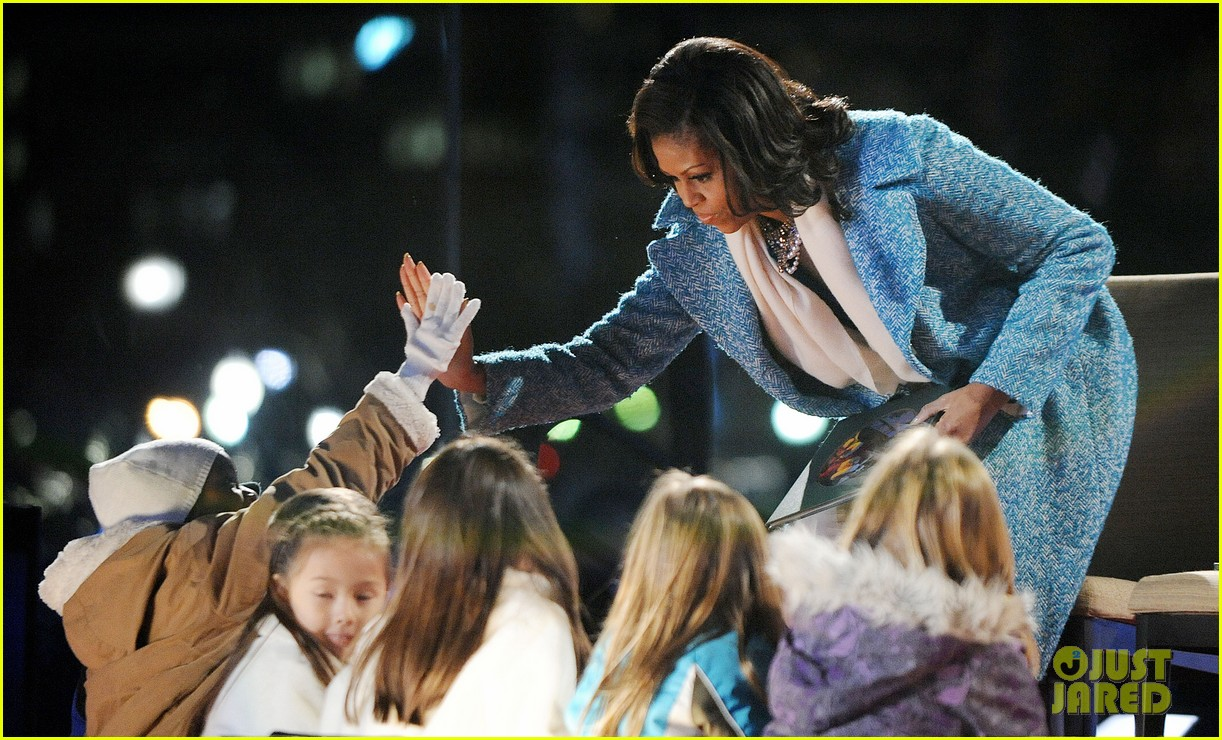 barack obama tree lighting with michelle the girls 22