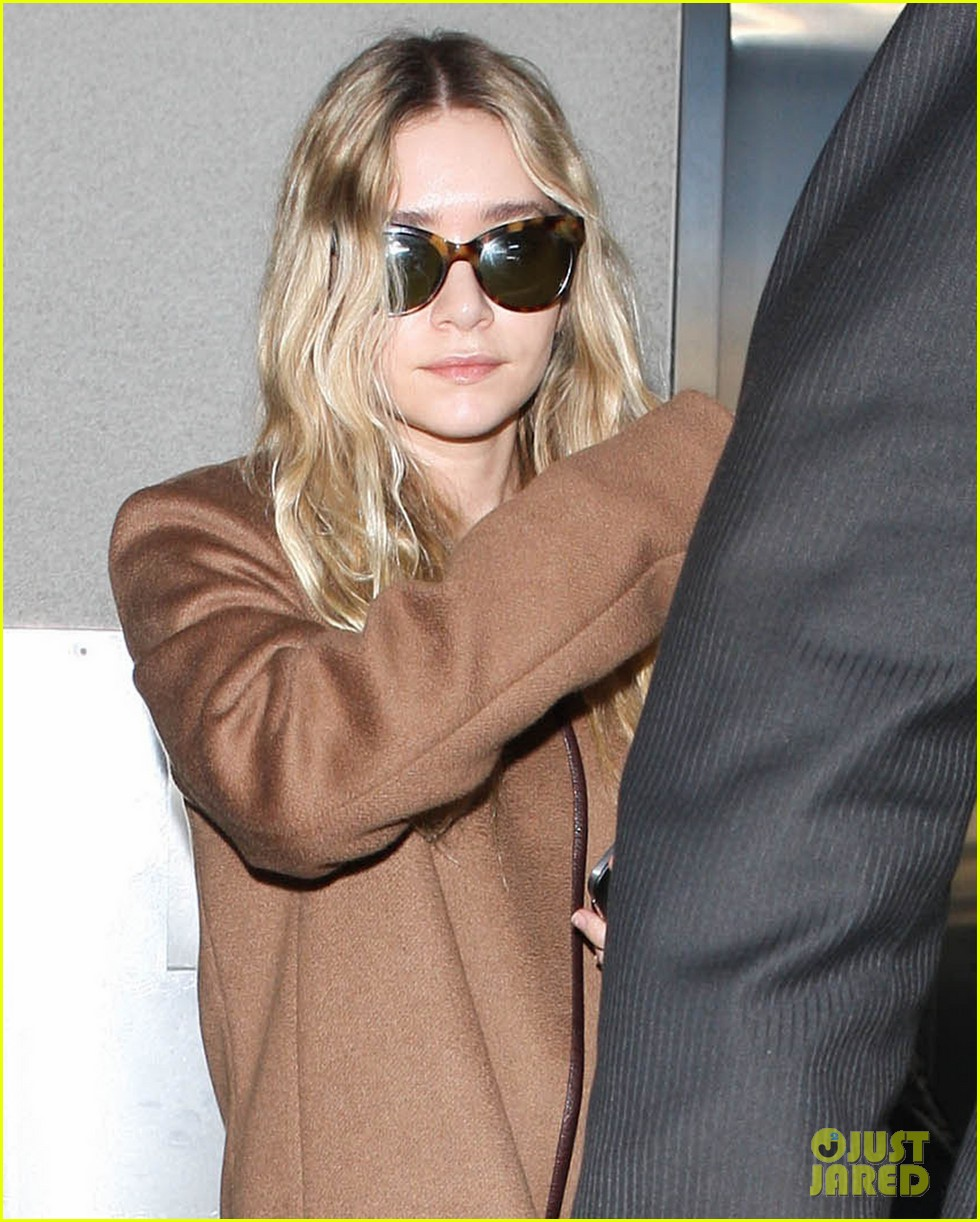 ashley olsen lands at lax after flight trouble 02