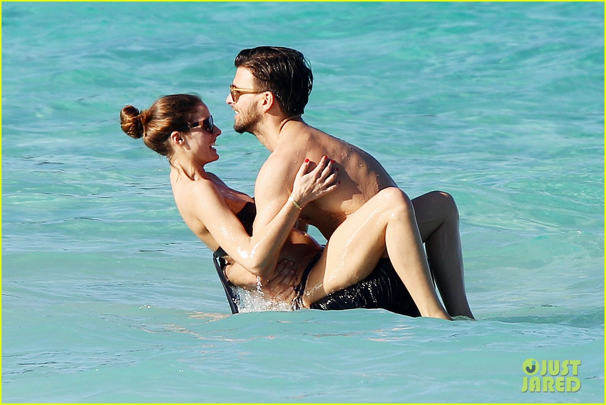 olivia palermo bikini beach with shirtless johannes huebl 02
