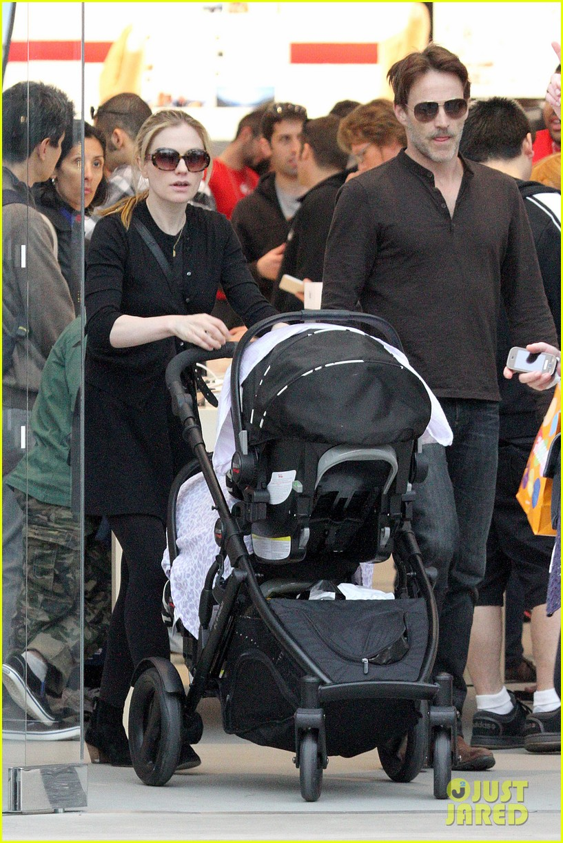 anna paquin stephen moyer holiday shopping with the twins 03