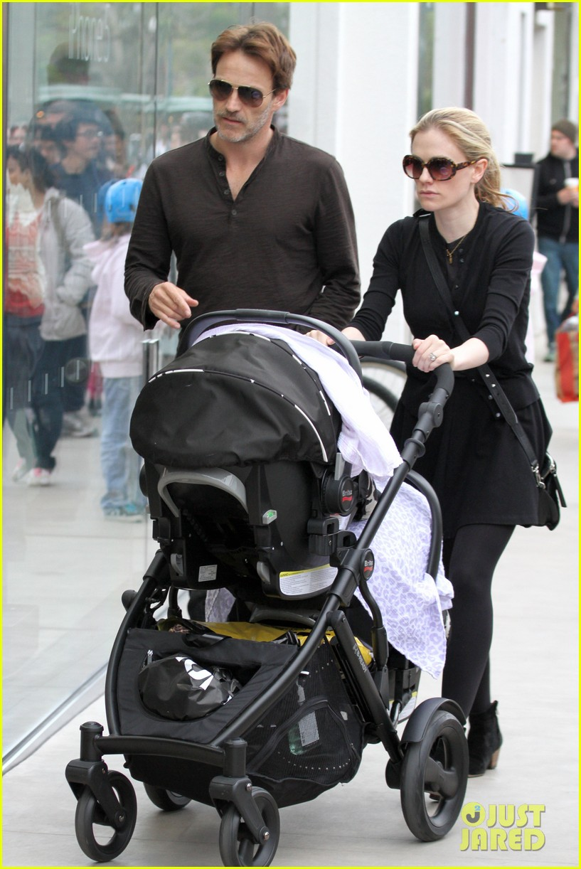 anna paquin stephen moyer holiday shopping with the twins 06