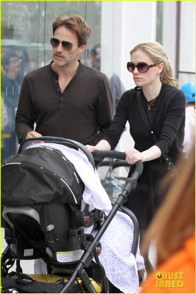 anna paquin stephen moyer holiday shopping with the twins 08