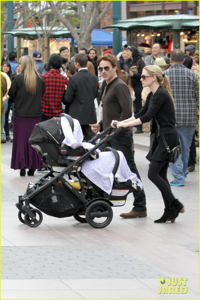 anna paquin stephen moyer holiday shopping with the twins 112778707
