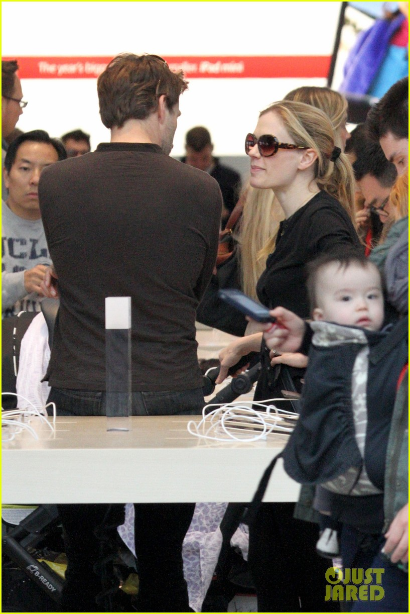 anna paquin stephen moyer holiday shopping with the twins 222778718